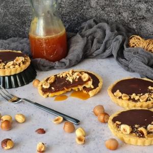 Čokoladni tart sa lješnjacima i karamelom
